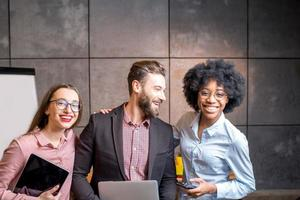 Porträt multiethnischer Mitarbeiter foto