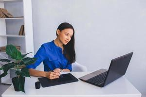 Grafikdesignerin an ihrem Arbeitsplatz