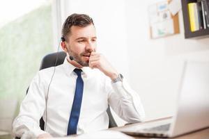 Kundendienstmitarbeiter, der in einem Büro arbeitet foto