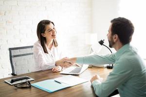 Händeschütteln mit einem Kunden
