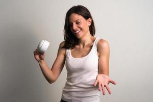 Frau hält Kaffeetasse foto