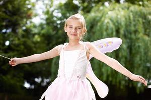 Märchenprinzessin mit ihrem Zauberstab foto