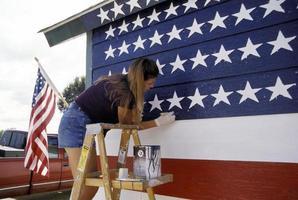 junge Frau, die die US-Flagge malt foto