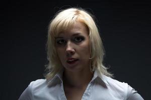 Geschäftsfrau, die Kamera betrachtet foto
