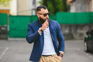Mann mit Bart raucht elektronische Zigarette foto