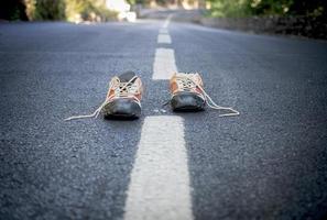 Paar Turnschuhe auf der Straße foto