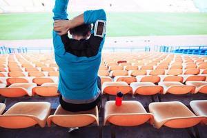 Sportler sitzt auf dem Stadion foto