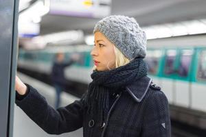 Dame kauft Ticket für öffentliche Verkehrsmittel.