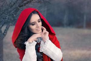 rotes Kapuzenfrauenmärchenporträt foto