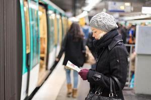 Dame wartet auf U-Bahnstation Bahnsteig.