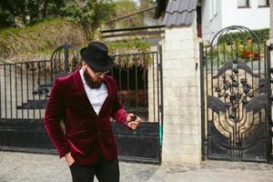 reicher Mann mit Bart raucht Wiege foto