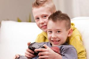 zwei Kinder spielen Videospiele foto