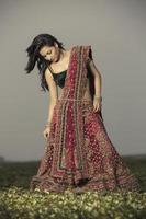 Frau in leuchtend rotem Lehenga Choli