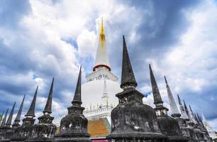 große alte stupa in wat mahathat, thailand foto
