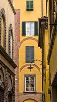Seitenstraße mit typisch italienischer Architektur in Lucca, Toskana