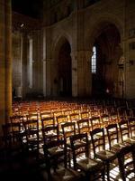 Die Sonne scheint in einer leeren Kirche in Frankreich foto