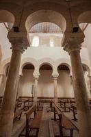 vertikale Ansicht der feinen mozarabischen Arkade foto