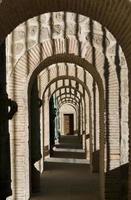 Ein gewölbter Korridor führt an den Vordereingängen vorbei foto