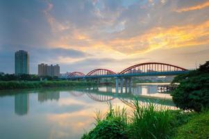 Bogenbrücke über den Fluss foto