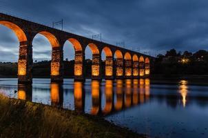 rote königliche Grenzbrücke foto