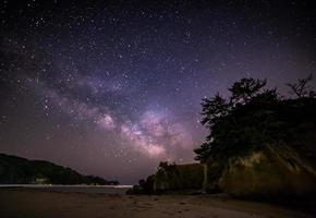 Milchstraße über der sternenklaren Nacht des Ozeans foto