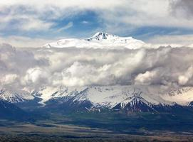 Panoramablick auf den Lenin-Gipfel aus der Nähe foto