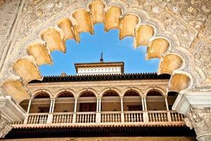 überbackene Torbogenrahmen Balkon der königlichen Alcazare in Spanien