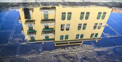 Gebäude reflektiert in einer Pfütze