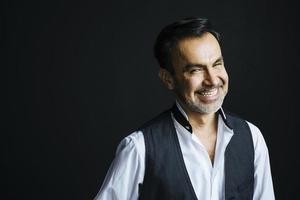 Porträt eines entspannten und lächelnden reifen Mannes foto