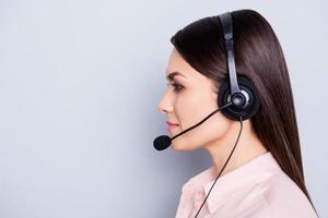 Profil Seitenansicht Porträt mit Copyspace leeren Platz, Werbekonzept, hübsche kluge charmante Frau mit Headset Mikrofon auf Kopf isoliert auf grauem Hintergrund