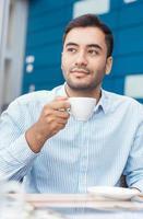 Kaffeepause, Mann ruht mit warmem Getränk foto