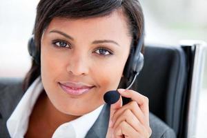 Porträt eines strahlenden Kundendienstmitarbeiters bei der Arbeit foto