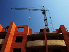 Gebäude im Bau mit Kran foto