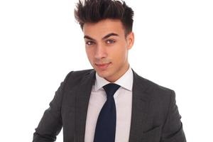 Nahaufnahmeporträt eines jungen eleganten Geschäftsmannes foto