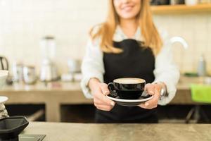 eine Tasse Cappuccino mit einem Lächeln foto