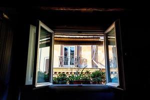 Fenster des historischen Gebäudes in der Mitte von Rom foto