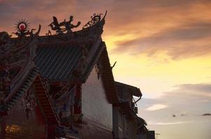 chinesischer tempel bei sonnenuntergang im kuching, borneo. foto