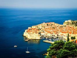 Blick auf die Altstadt von Dubrovnik mit dem Hafen