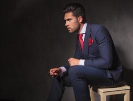 junger Geschäftsmann, der sich auf einem Stuhl entspannt foto