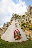 nordamerikanischer Indianer im vollen Kleid. foto