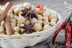 Kichererbsen und Gewürze für indisches Essen.