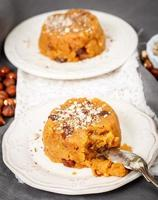 halva süße, indische Süßigkeiten in Teller foto