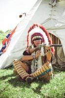 nordamerikanischer Indianer im vollen Kleid foto