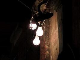 heiße Glühbirnen vor dem alten Haus foto