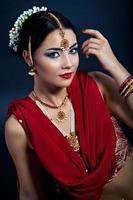 Schönheit in traditioneller indischer Kleidung und Accessoires foto