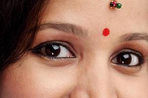 Kopfschuss der jungen traditionellen Frau foto