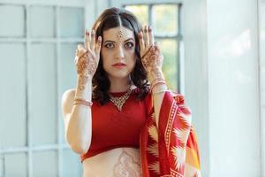 indisches Bild auf Frauenhänden, Mehendi-Traditionsdekoration