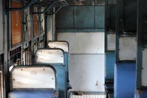 indischer Nahverkehrszug: leeres Abteil in der Standardklasse