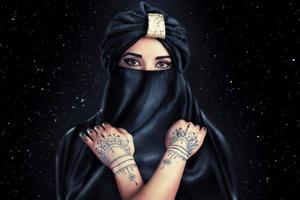 schöne stilvolle Frau im orientalischen Stil im Turban