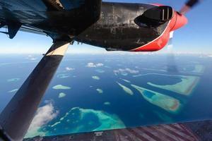 Malediven-Atoll vom Wasserflugzeug aus beobachten foto
